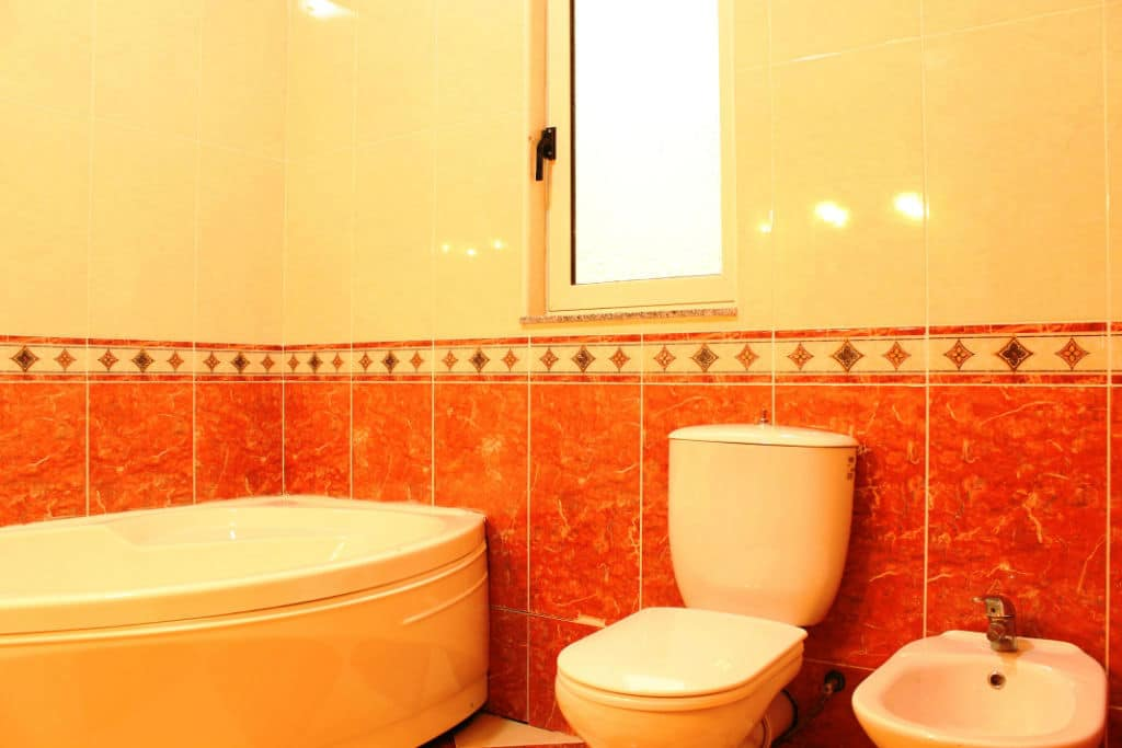 ensuite with WC and bede-w1920-h1200-w1920-h1200