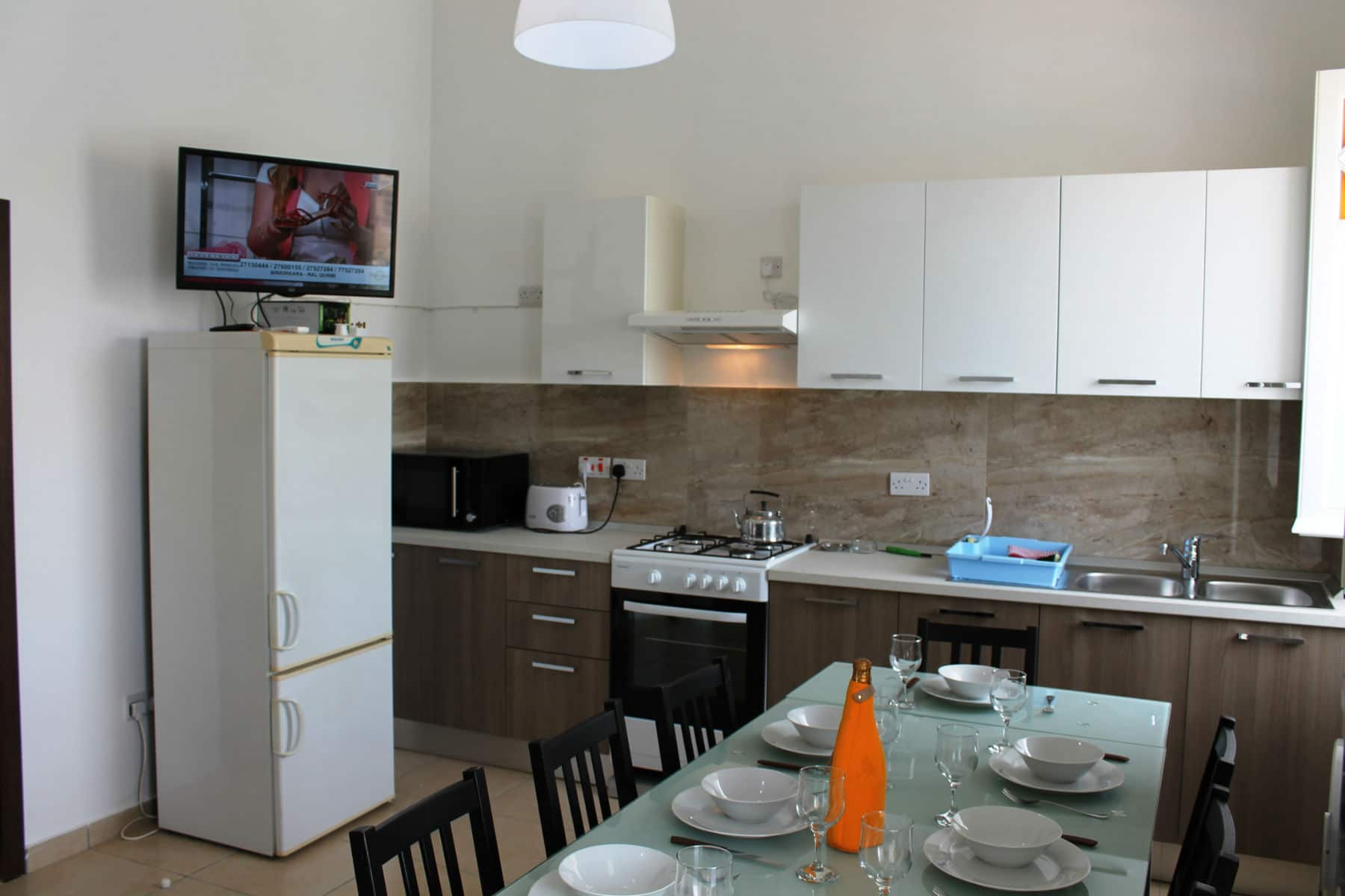 Brand New Kitchen/Living/Dining Fully Equipped Tv 700 Channels Fast Wifi (internet). Blue Harbour no 2 large seafront holiday apartment